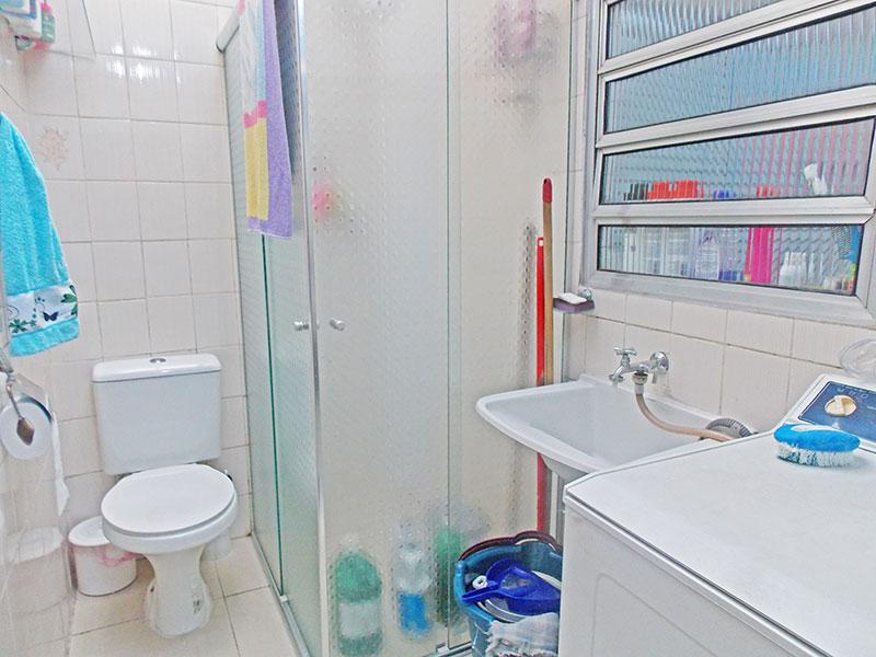 Ipiranga, Apartamento Padrão-Banheiro da área de serviço com piso de cerâmica e box de vidro.
