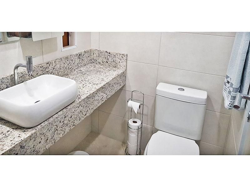Sacomã, Apartamento Padrão-Banheiro social com piso de cerâmica e pia sobreposta.