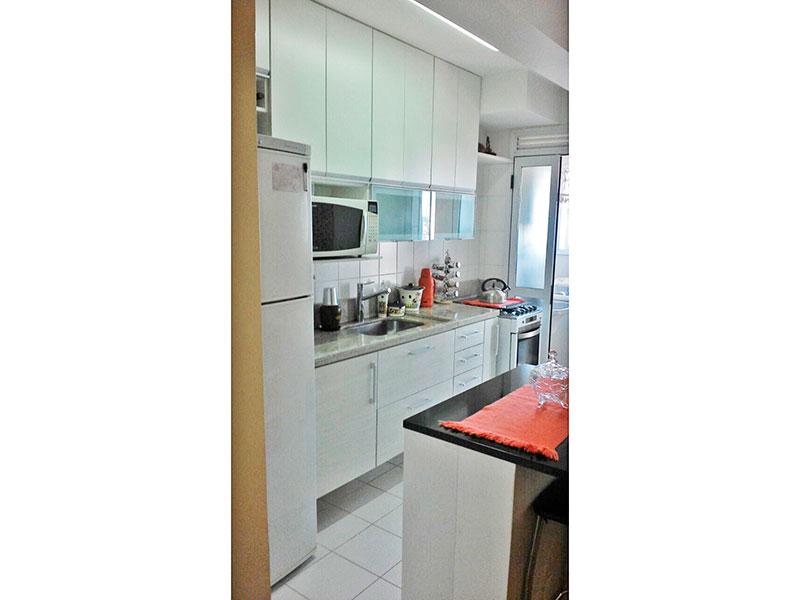 Ipiranga, Apartamento Padrão-Cozinha americana com piso de cerâmica, armários planejados, gabinete, pia de granito e acesso a área de serviço.