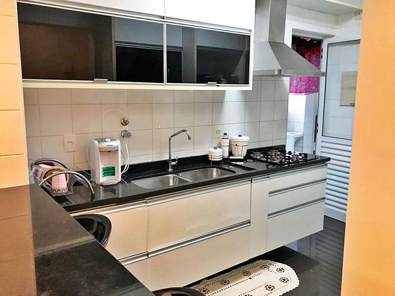 Ipiranga, Apartamento Padrão-Cozinha com piso de granito, armários planejados, gabinete, cooktop, pia de granito e acesso a área de serviço.