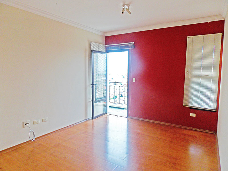 Sacomã, Apartamento Padrão - Sala com piso de laminado, teto com moldura de gesso e acesso a varanda.