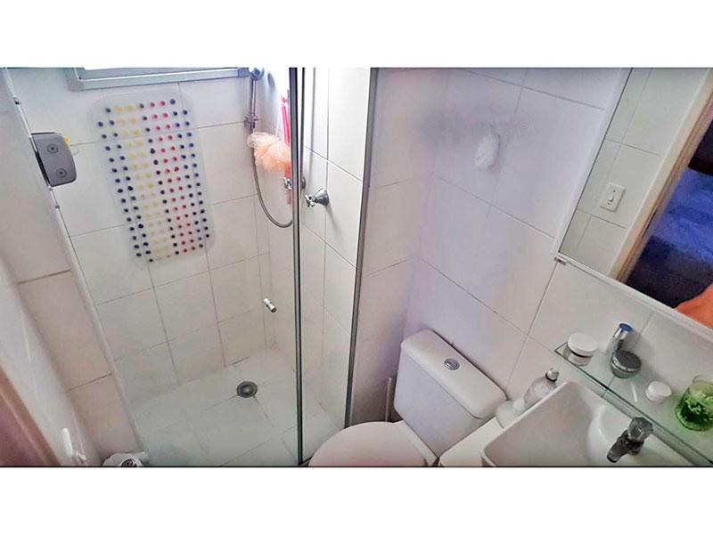 Sacomã, Apartamento Padrão-Banheiro da suíte com piso de cerâmica, pia sobreposta e box de vidro.