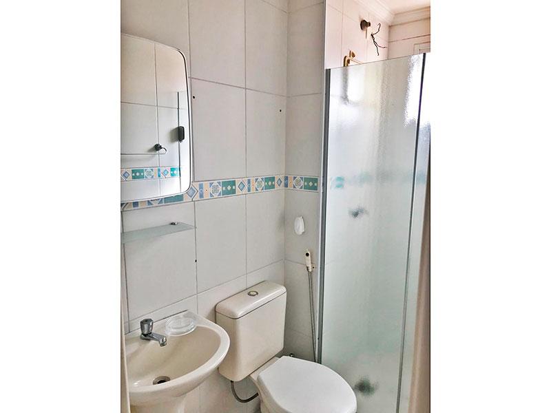 Sacomã, Apartamento Padrão-Banheiro social com piso de cerâmica, teto com moldura de gesso.