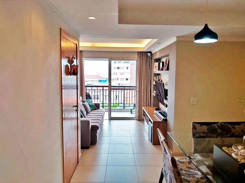 Ipiranga, Apartamento Padrão - Sala irregular com piso de cerâmica, teto com sanca de gesso, iluminação embutida e acesso a varanda.