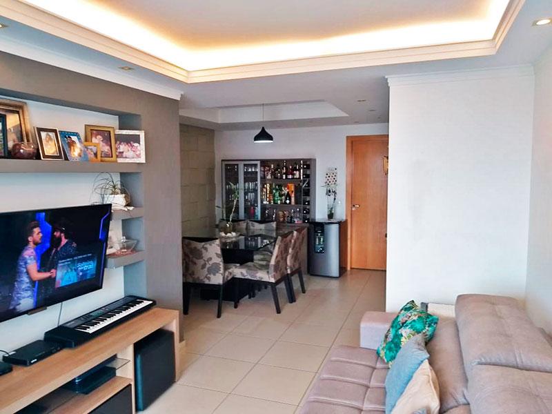 Ipiranga, Apartamento Padrão-Sala irregular com piso de cerâmica, teto com sanca de gesso, iluminação embutida e acesso a varanda.