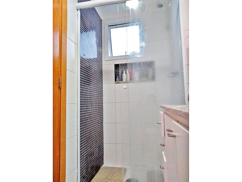 Ipiranga, Apartamento Padrão-Banheiro da suíte com piso de cerâmica, teto com moldura de gesso, gabinete, pia de granito e box de vidro.