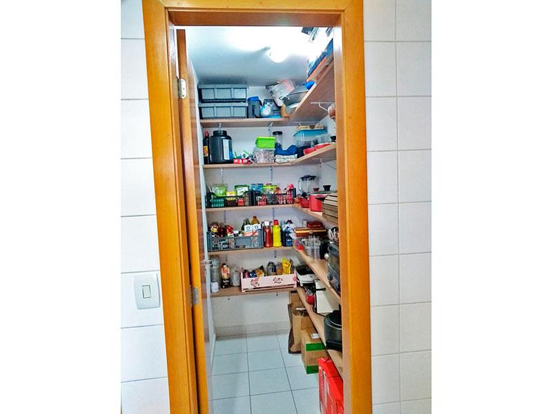 Ipiranga, Apartamento Padrão-Despensa com piso de cerâmica e teto com moldura de gesso.