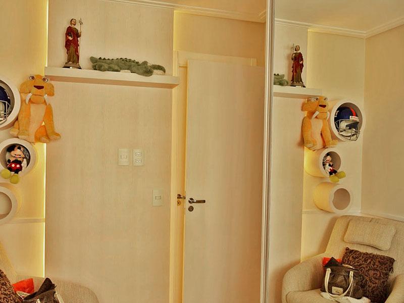 Ipiranga, Apartamento Padrão-2º Quarto com piso de laminado, teto com moldura de gesso, iluminação embutida e armários planejados.