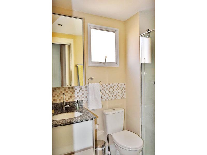 Ipiranga, Apartamento Padrão-Banheiro social com piso de porcelanato, iluminação embutida, gabinete,pia de granito e box de vidro.
