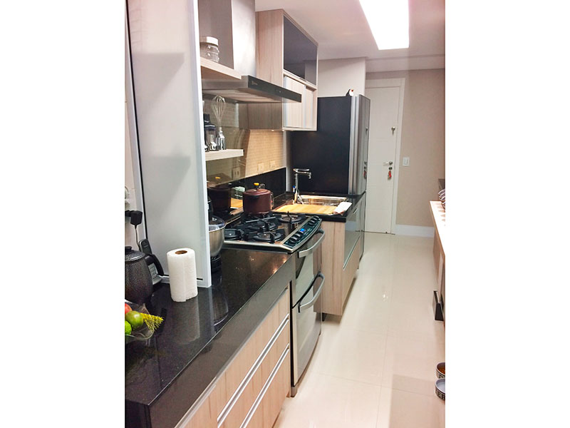 Ipiranga, Apartamento Padrão-Cozinha americana com piso de porcelanato, teto com sanca, iluminação embutida, armários panejados, gabinete, pia de granito e acesso a área de serviço.