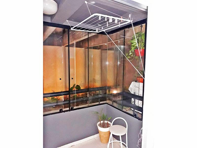 Jabaquara, Studio-Varanda com piso de cerâmica e fechamento de vidro.