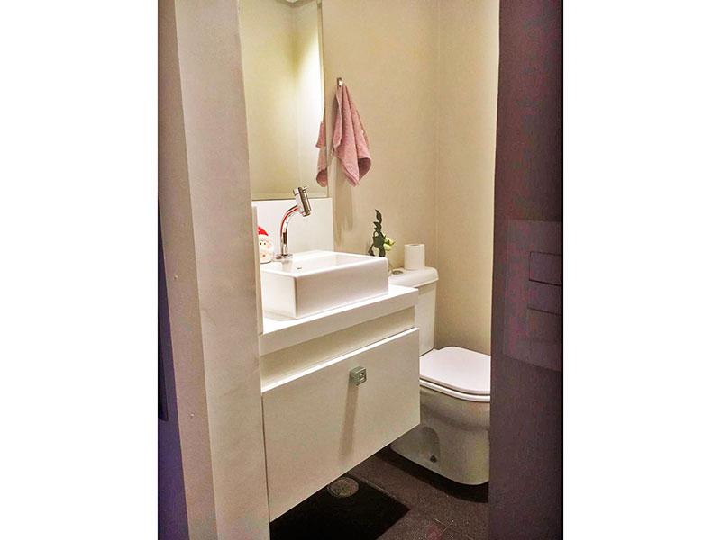 Sacomã, Apartamento Padrão-Banheiro social e 3º quarto transformado parcialmente em Lavabo com piso de porcelanato, iluminação embutida, gabinete e pia sobreposta.