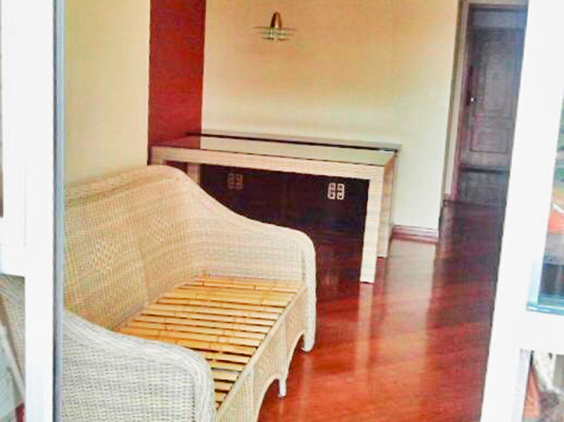 Jabaquara, Apartamento Padrão-Sala irregular com piso de carpete de madeira, teto com moldura de gesso e acesso a sacada.