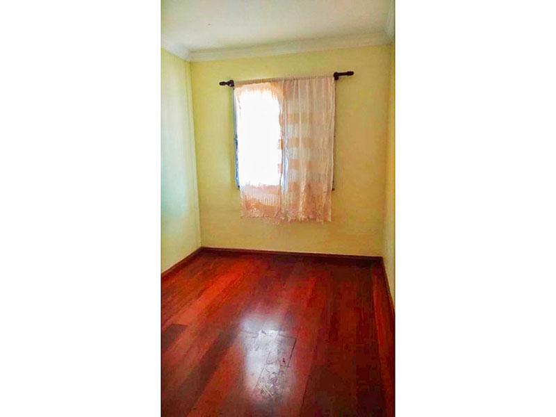 Jabaquara, Apartamento Padrão-2º Quarto com piso de carpete de madeira e teto com moldura de gesso.