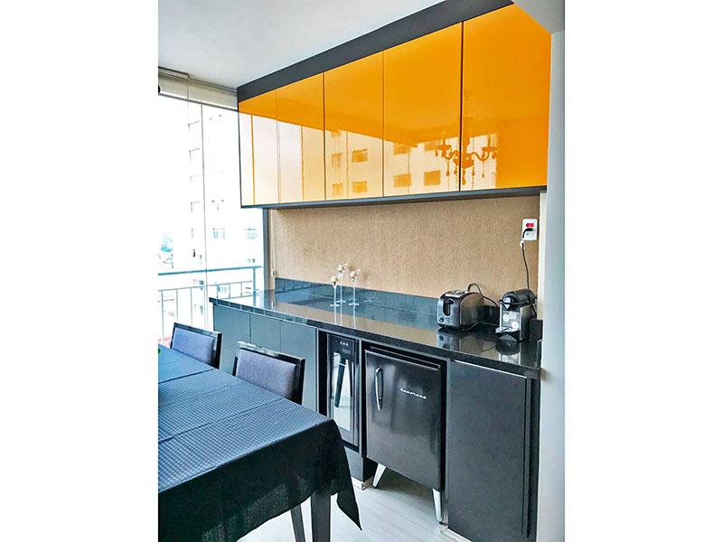 Sacomã, Apartamento Padrão-Varanda com piso de laminado, armários planejados, gabinete, pia de granito e fechamento de vidro.