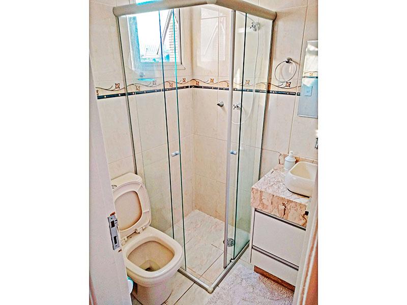 Jabaquara, Apartamento Padrão-Banheiro da suíte com piso de cerâmica, gabinete, pia sobreposta e box de vidro.