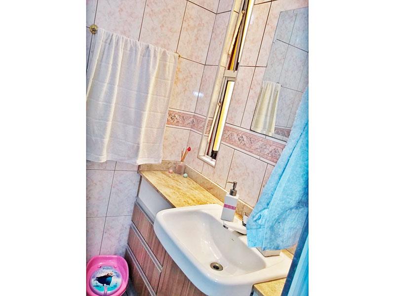 Sacomã, Apartamento Padrão-Banheiro social com piso de cerâmica, gabinete, pia de porcelana com bancada de mármore e box de vidro.