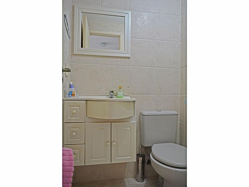 Jabaquara, Studio-Banheiro da suíte com piso de cerâmica, gabinete, pia sintética e box de vidro.