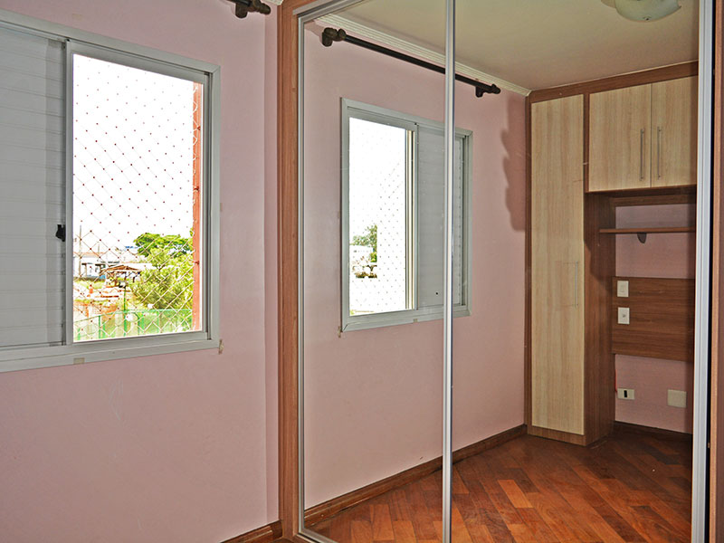 Jabaquara, Apartamento Padrão-1º Quarto com piso de tacão, teto com moldura de gesso e armários planejados.