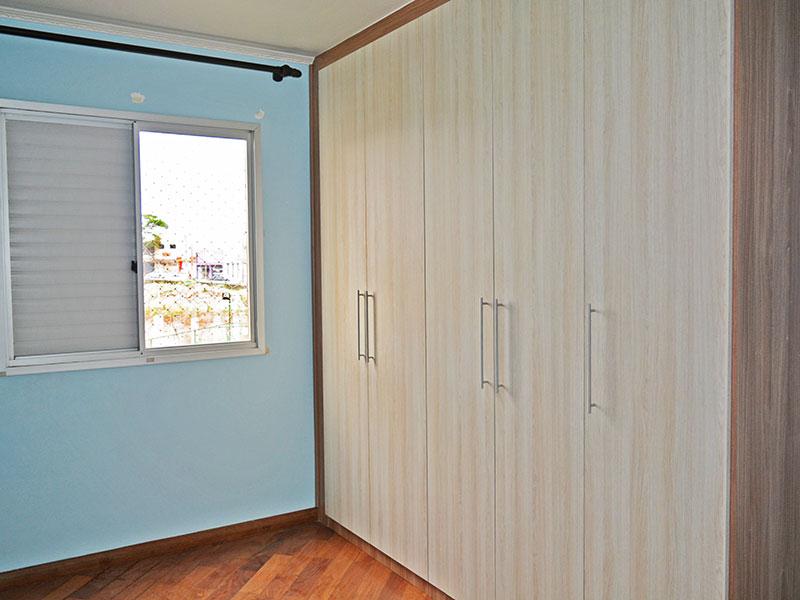 Jabaquara, Apartamento Padrão-2º Quarto com piso de tacão, teto com moldura de gesso e armários planejados.