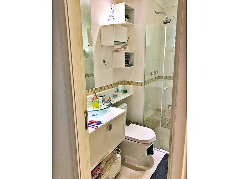 Sacomã, Apartamento Padrão-Banheiro social com piso de cerâmica, gabinete, pia com cuba de vidro sobreposta e box de vidro.