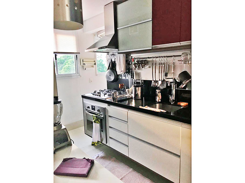 Sacomã, Apartamento Padrão-Cozinha americana com piso de porcelanato, armários planejados, gabinete, cooktop, pia de granito e acesso a área de serviço.