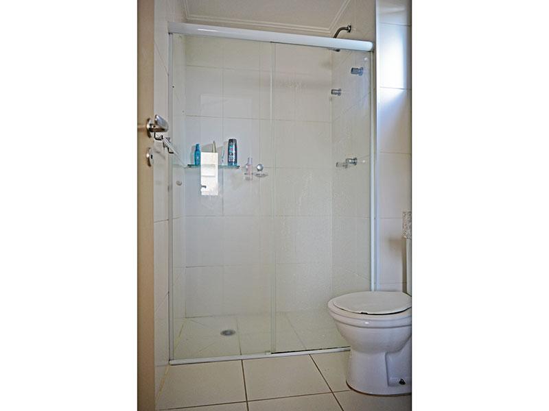 Jabaquara, Apartamento Padrão-Banheiro da suíte com piso de cerâmica, teto com moldura de gesso, pia de granito e box e vidro.