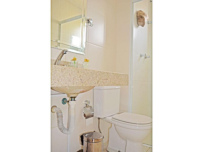 Jabaquara, Apartamento Padrão-Banheiro social com piso de cerâmica, teto com moldura de gesso, pia de granito e box e vidro.