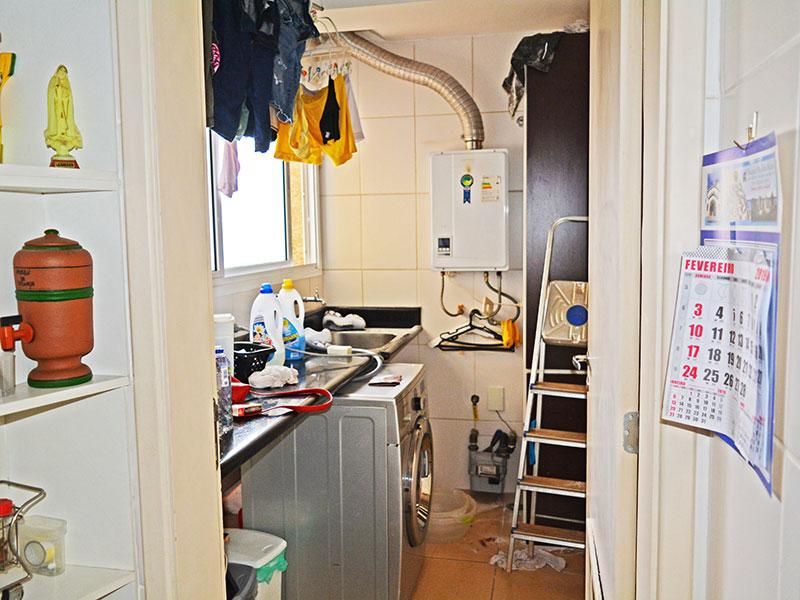 Jabaquara, Apartamento Padrão-Área de serviço com piso de cerâmica, pia de granito e aquecedor de passagem.