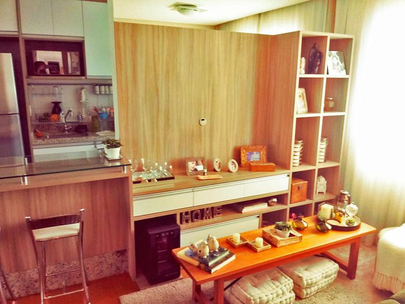 Sacomã, Apartamento Padrão-Sala com piso de carpete de madeira, iluminação embutida e acesso a sacada.