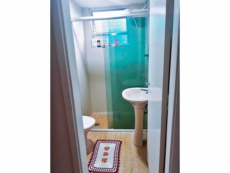 Jabaquara, Apartamento Padrão-Banheiro social com piso de cerâmica, pia de porcelana e box de vidro.