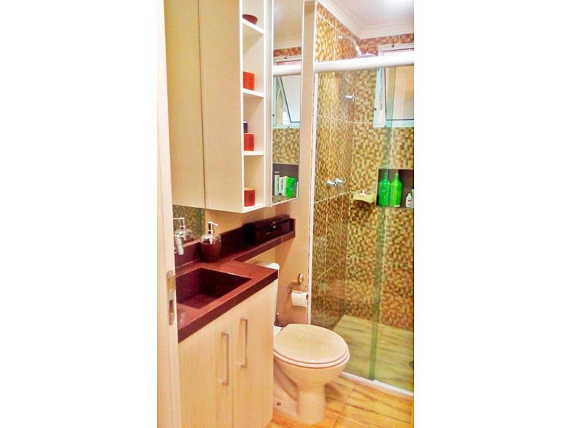 Sacomã, Apartamento Padrão-Banheiro social com piso de porcelanato, pia de granito e box de vidro.