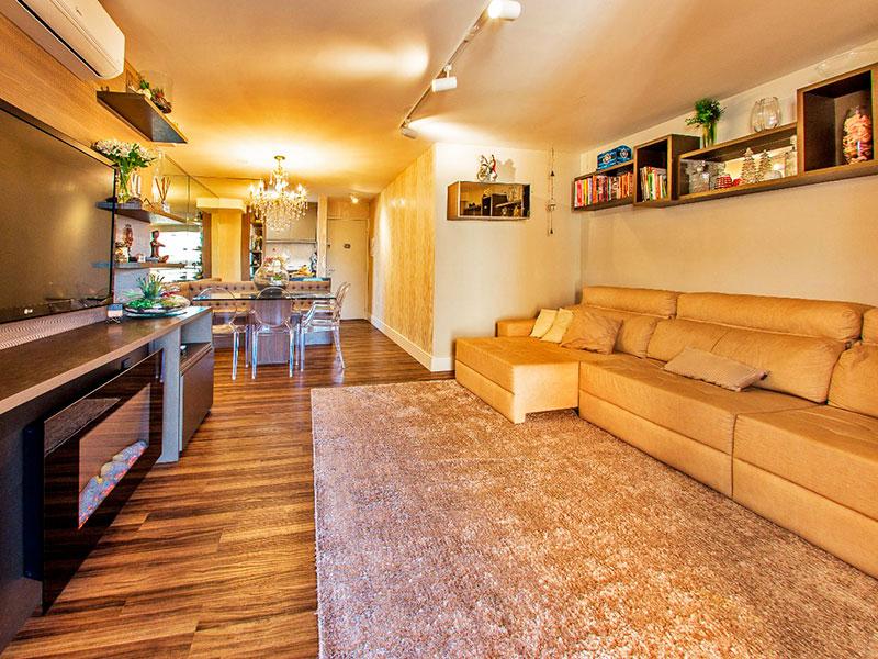 Jabaquara, Apartamento Padrão - Sala irregular com piso de laminado, armários planejados e acesso a sacada.