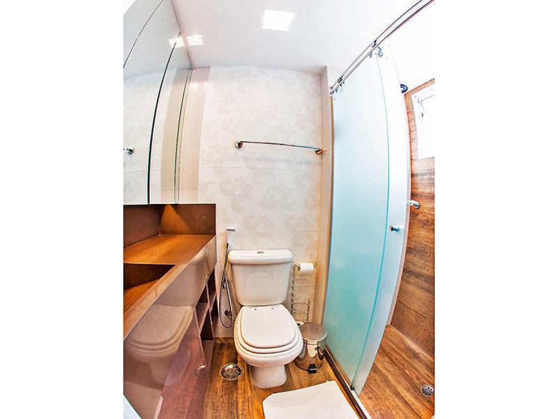 Jabaquara, Apartamento Padrão-Banheiro social com piso de laminado, pia de granito e box de vidro.