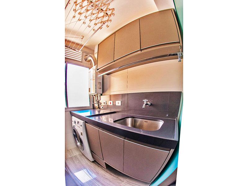 Jabaquara, Apartamento Padrão-Área de serviço com piso de porcelanato, armários planejados e pia de granito.