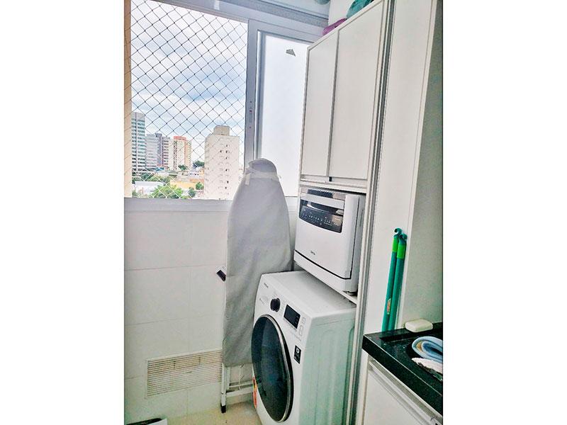 Jabaquara, Apartamento Padrão-Área de serviço com piso de porcelanato, armários planejados, gabinete e pia de granito.