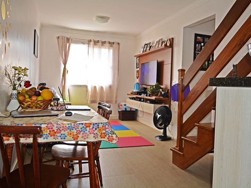 Sacomã, Cobertura Duplex-Sala do piso inferior com piso de cerâmica, teto com moldura de gesso e acesso ao piso superior.