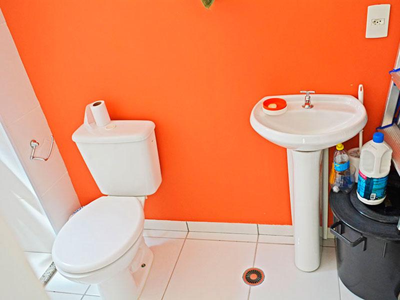 Sacomã, Cobertura Duplex-Banheiro da área de serviço com piso de cerâmica, pia de porcelana e box.