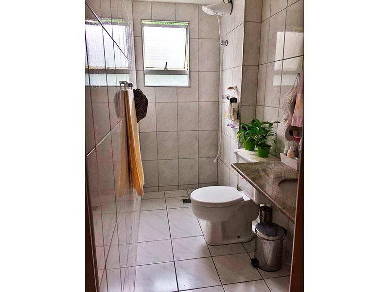 Sacomã, Apartamento Padrão-Banheiro social com piso de cerâmica, pia de granito e box.