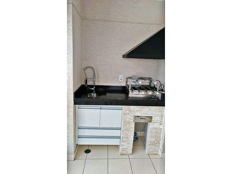 Sacomã, Apartamento Padrão-Varanda gourmet com piso de cerâmica, churrasqueira e fechamento de vidro.
