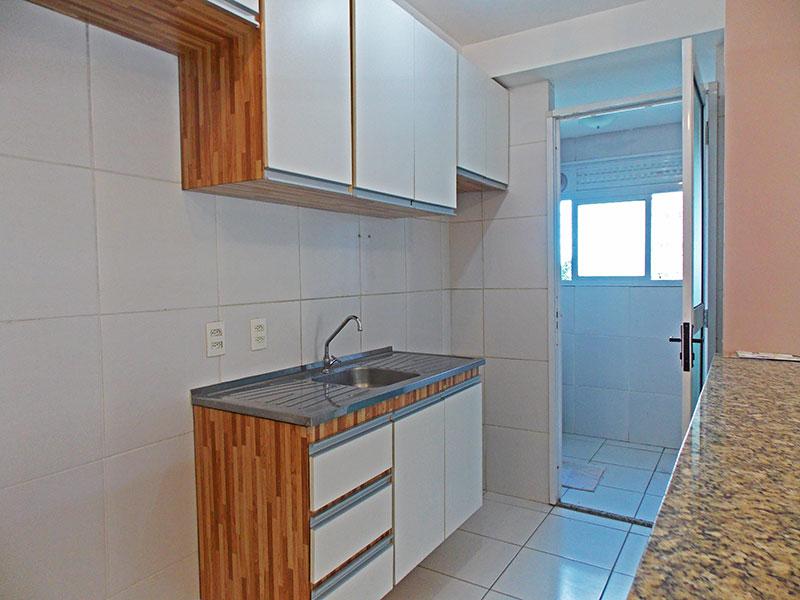 Sacomã, Apartamento Padrão-Cozinha americana com bancada de granito, com piso de cerâmica, armários planejados, gabinete, pia de aço inox e acesso a área de serviço.