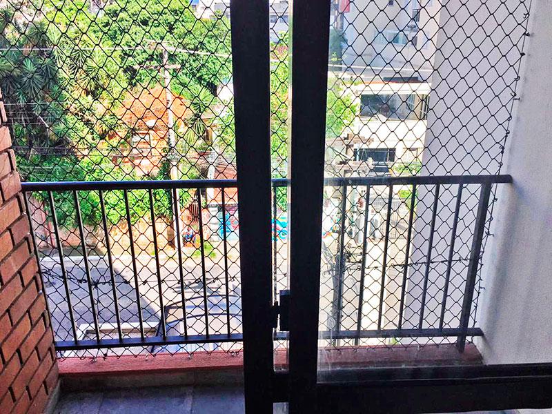 Jabaquara, Apartamento Padrão-Varanda com piso de ardosia e tela de proteção.
