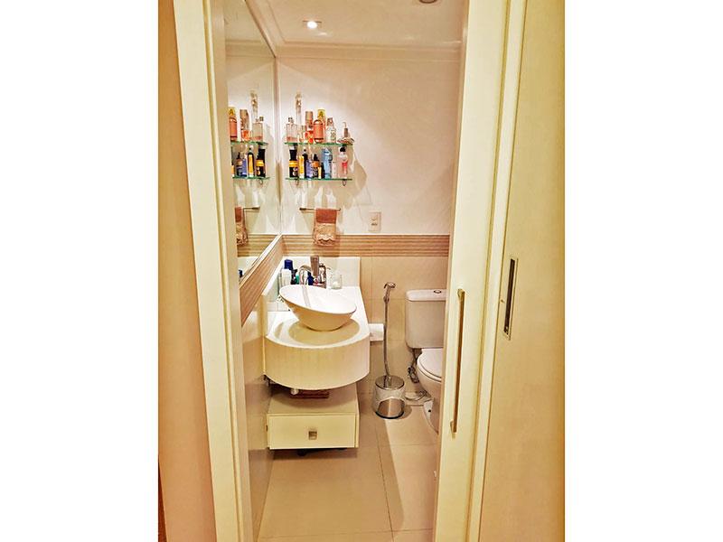 Ipiranga, Apartamento Padrão-Banheiro da suíte com piso de porcelanato, teto com moldura de gesso, iluminação embutida, gabinete, pia sobreposta e box de vidro.