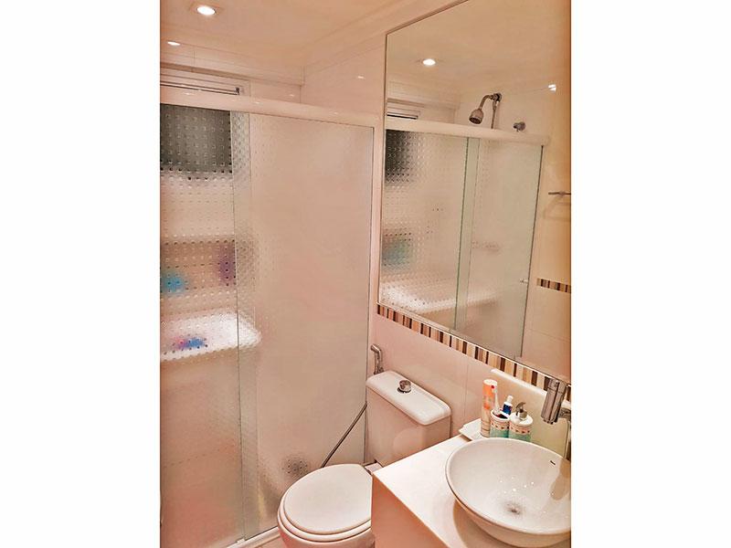 Ipiranga, Apartamento Padrão-Banheiro social com piso de porcelanato, teto com moldura de gesso, iluminação embutida, gabinete, pia sobreposta e box de vidro.