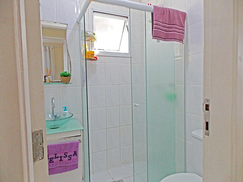 Sacomã, Apartamento Padrão-Banheiro social com piso de cerâmica, gabinete, pia de vidro e box de vidro.