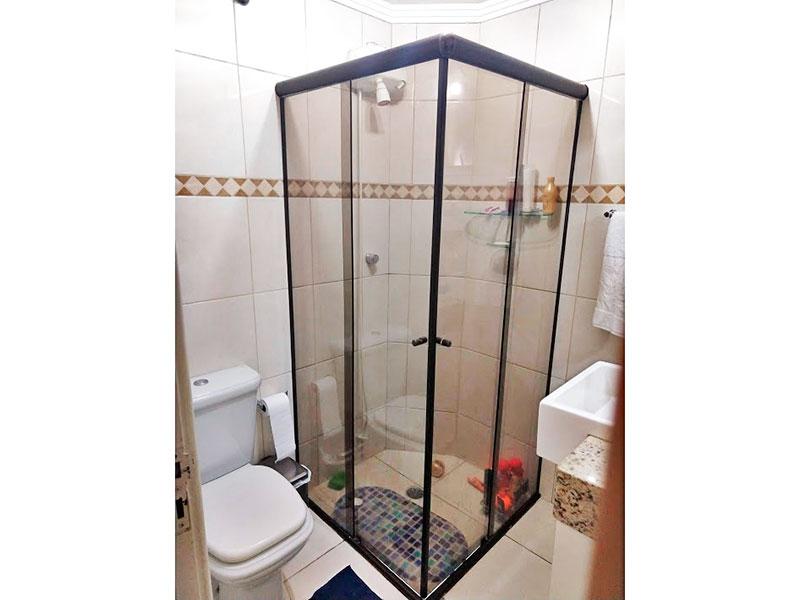 Sacomã, Apartamento Padrão-Banheiro social com piso de cerâmica, teto com moldura de gesso, gabinete pia de granito e box de vidro.