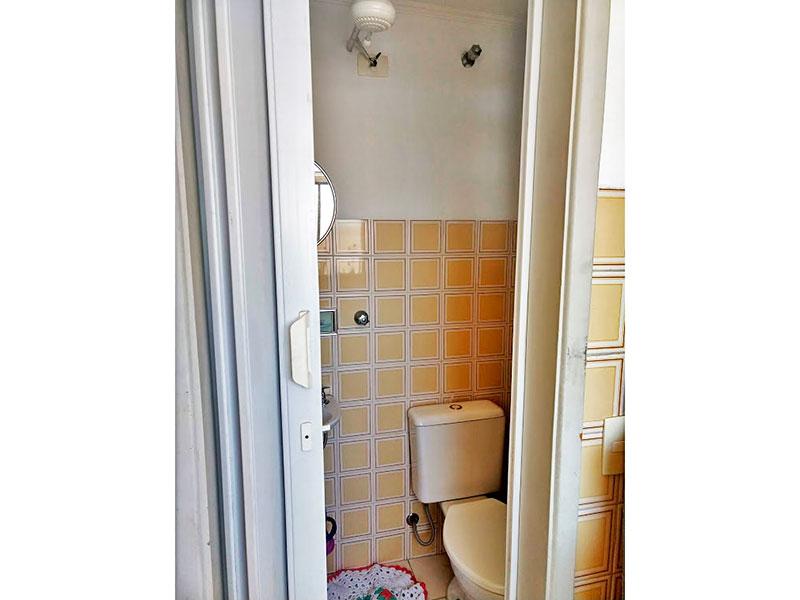 Sacomã, Apartamento Padrão-Banheiro da área de serviço com piso de cerâmica, teto com moldura de gesso e pia de porcelana.