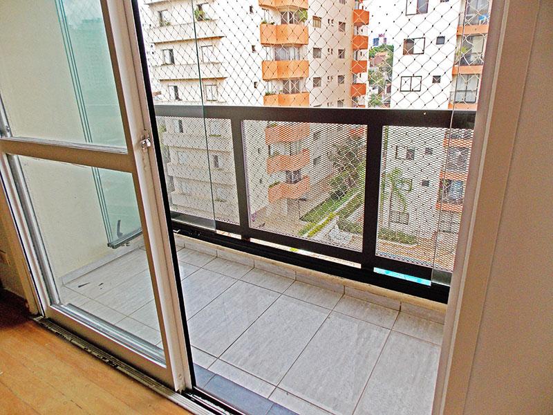 Jabaquara, Cobertura Duplex-Varanda com piso de cerâmica, fechamento de vidro e tela de proteção.