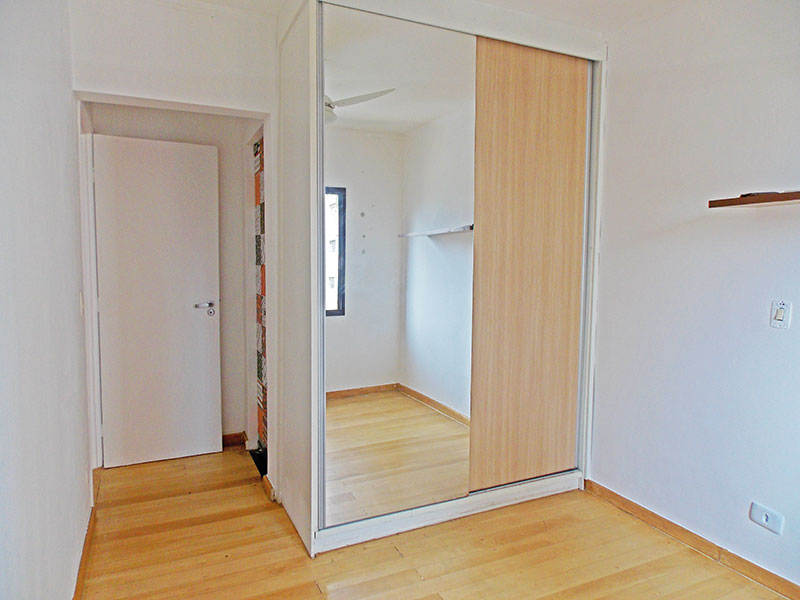 Jabaquara, Cobertura Duplex-Suíte om piso de laminado, teto com moldura de gesso e armários planejados.