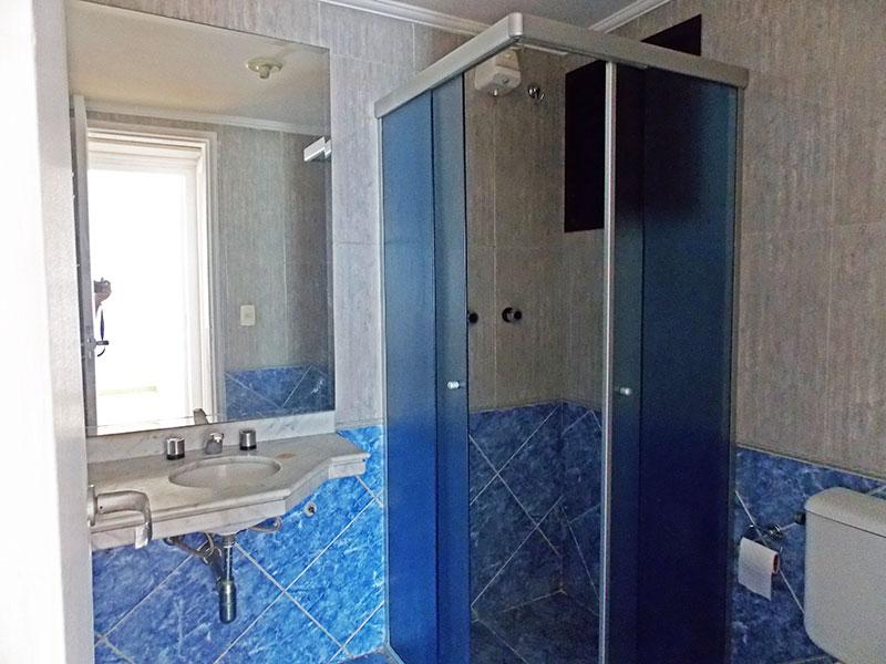 Jabaquara, Cobertura Duplex-Banheiro social com piso de cerâmica, teto com moldura de gesso, pia de granito e box de vidro.